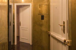 Metallisch glänzende Wand- und Deckenflächen