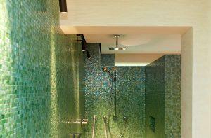 Badezimmer mit Wand in Travertin.