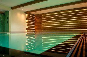 Schwimmbad, Nassraum, Badezimmer in Travertin.