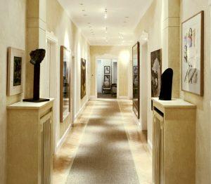 Ausführung der Wandflächen und Möbelteile in Lasurtechnik. Wandflächen zur Decke mit Ornamentstuck abgegrenzt.