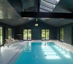 Exklusive Gestaltung einer privaten Schwimmhalle in Stuccolustro